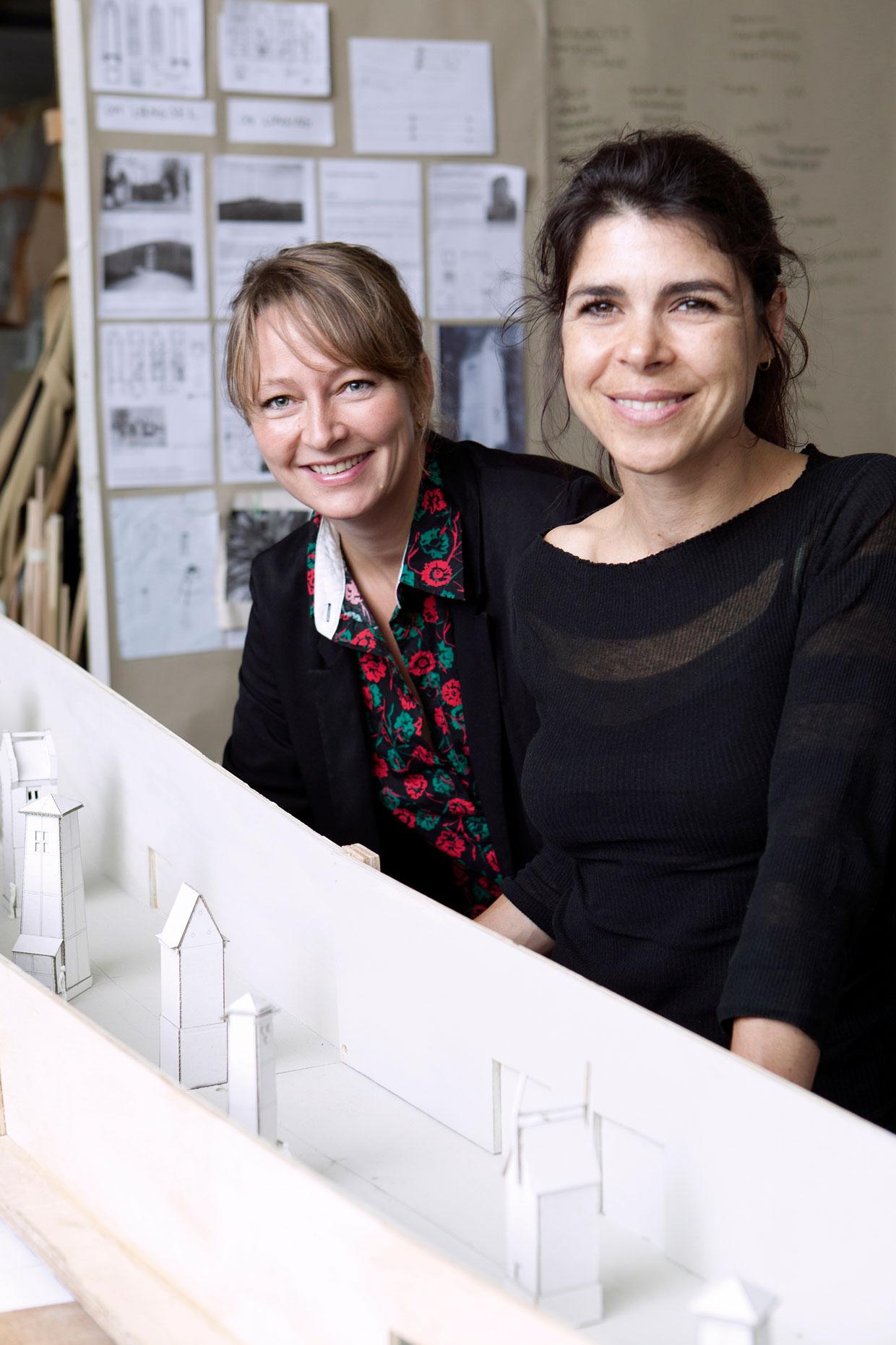 Randi & Katrine foran en model af deres udstillingsprojekt i ARKENs Kunstakse, 2014. Foto Sine Nielsen (2)