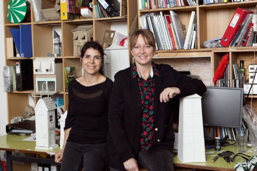 Randi & Katrine i deres atelier med modeller til udstillingsprojektet på ARKEN. Foto Sine Nielsen (5)