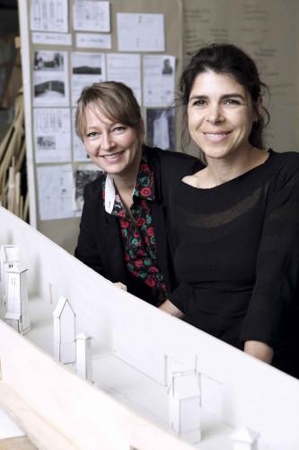 Kunstnerduoen Randi & Katrine foran en model af deres udstillingsprojekt til ARKENs Kunstakse. Foto: Sine Nielsen