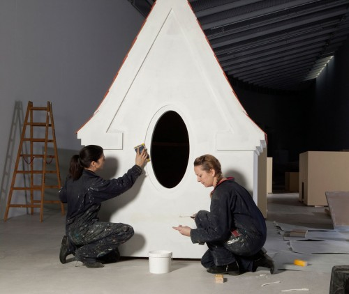 Randi & Katrine, opbygning af udstilling på ARKEN. Foto Sine Nielsen