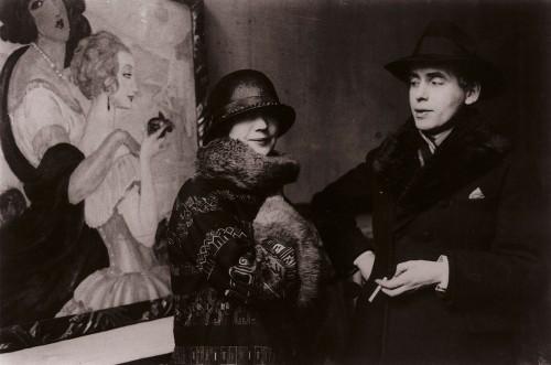 """Gerda og Einar Wegener foran Gerdas """"Sur la route d'Anacapri"""" under udstillingen i Ole Haslunds Hus,1924. Foto: Det Kongelige Bibliotek"""