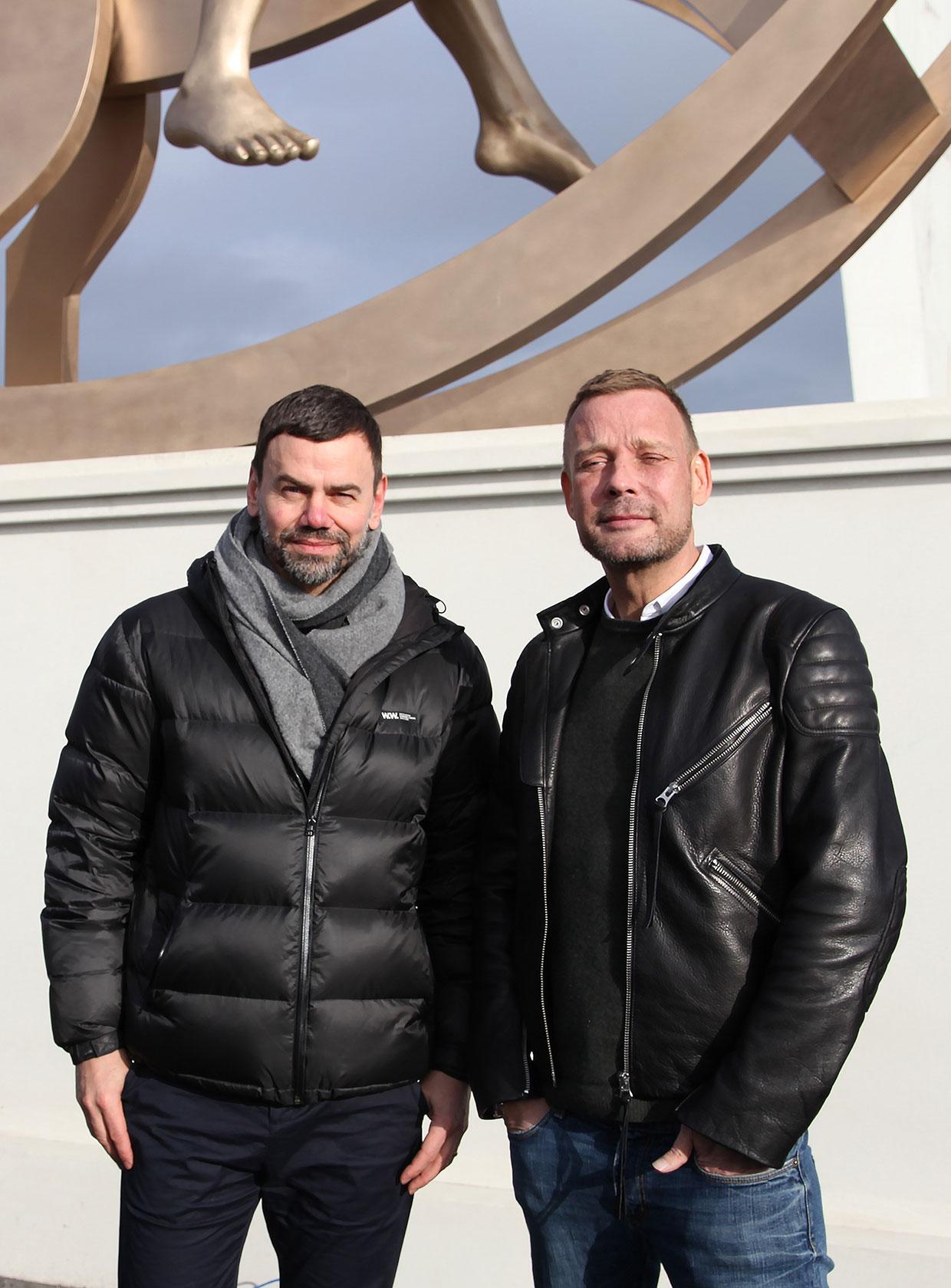Ingar Dragset og Michael Elmgreen foran Powerless Structures, fig. 101 i forbindelse med indvielsen af skulpturen lørdag den 20. februar. Foto: ARKEN