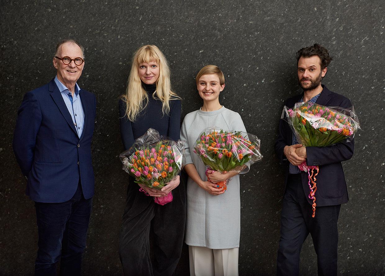 ARKENs Kunstpris og ARKENs Rejselegat 2017. Fra venstre: ARKENs direktør Christian Gether, Nina Beier, Marie Kølbæk Iversen og FOS. Foto: Henrik Jauert