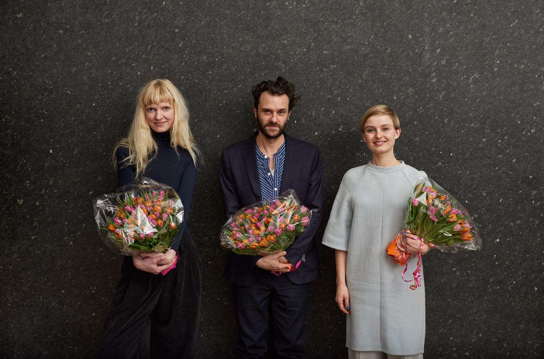 ARKENs Kunstpris og ARKENs Rejselegat 2017. Fra venstre: Nina Beier, FOS og Marie Kølbæk Iversen. Foto: Henrik Jauert