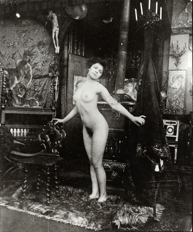 Alphonse Mucha, Balletstudier: Nøgendans i Muchas atelier, Rue du Val-de-Grâce, Paris (fra en serie på fem fotos), ca. 1901 © Mucha Trust 2018